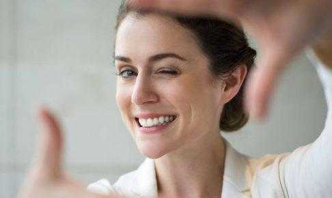 【キャバ嬢の基礎】離席時に能面みたいな表情になるキャストは2流の証|立ち上がる時も笑顔を忘れずに