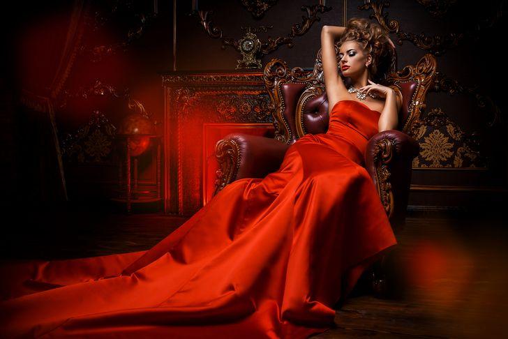 【ハケンのキャバ嬢・彩華】夏菜着用、赤いロングキャバドレスはティカの1着!|第一話